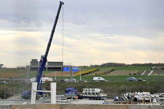 Photo: Hier werden die angelieferten TBM-Komponenten von den Schwerlasttransportern heruntergehoben und zwischengelagert