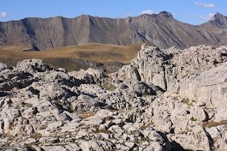 Photo: Le plateau glaciaire recouvrant l'oucane se poursuivait plus bas sur un autre type de terrain. L'érosion en est totalement différente.