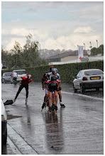 Photo: Certains patineurs se sont arrêtés pour chausser des roues pluies.