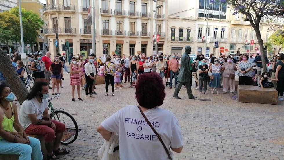 Una mujer con una camiseta con el lema Feminismo o Barbarie, en la Puerta de Purchena.