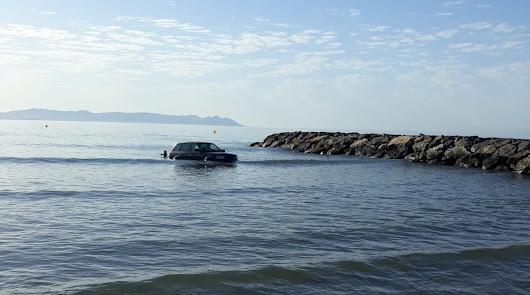 Aparece un coche flotando en la playa de Costacabana