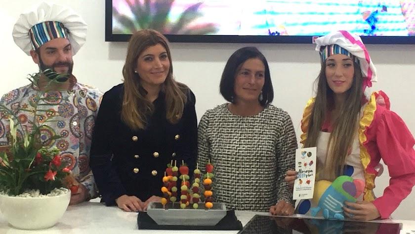 Carolina Lafita, concejal de Promoción de la ciudad, y Carmen Sánchez, de Almería Centro, durante la presentación del programa infantil.