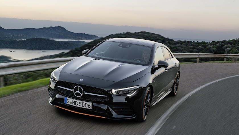 El diseño subraya el carácter de coupé con su forma estilizada y elementos estilísticos