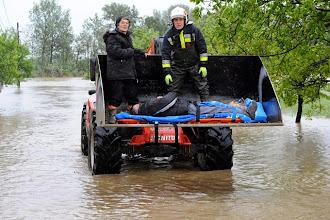 Photo: Mezőörs, 2010. május 17.A katasztrófavédelem emberei egy markológép kanalába helyezve mentik a hordágyon fekvő idős beteget és feleségét Mezőörsön, ahol több utcát és családi házat elöntött a víz.MTI Fotó: Győri Károly