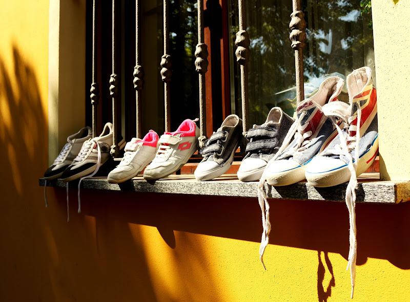 Scarpe su davanzale di P.M Photo