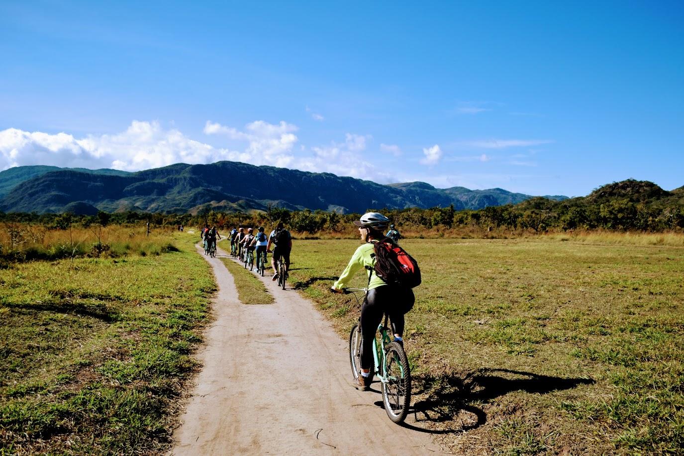 Passeando de bicicleta rumo à Cachoeira da Farofa, no Parque Nacional da Serra do Cipó