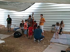 """Photo: פסטיבל מנגינות בגינות לראשונה בגינת החווה - שלישיית ג'אז אקוסטית של בני נוער ירושלמים. צילום: אמנדה לינד, חל""""ט"""