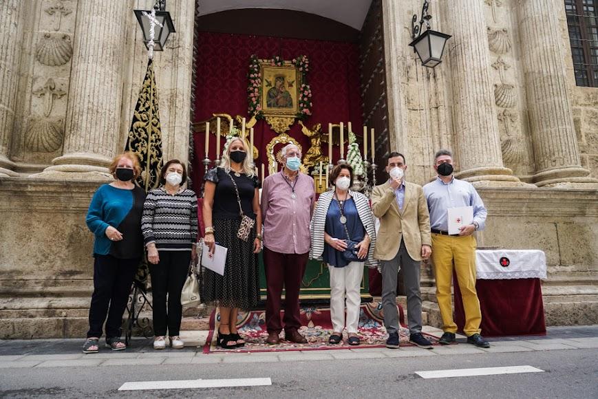 La Soledad instaló su altar en la puerta lateral de Santiago Apóstol.