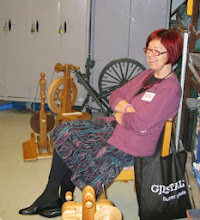Photo: Även under söndagen var det många workshops - här skall det bli till att spinna fantasigarn.