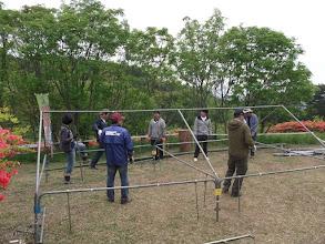 Photo: 伊里前小学校から借りてきたテントを組み立てる。
