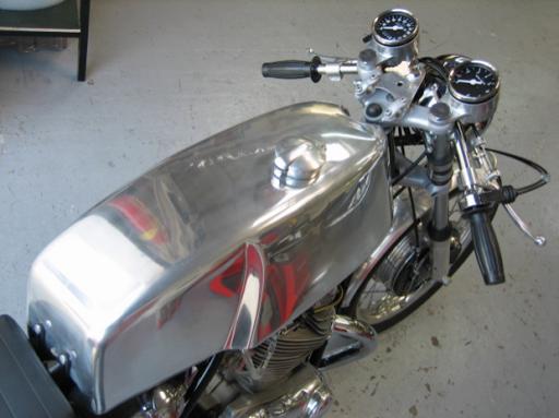Réservoir entièrement poli sur une Norton Commando Café Racer réalisée par Machines et Moteurs à Eaubonne