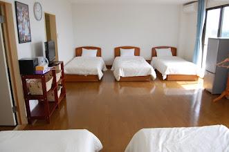 Photo: 301号室 洋室6名部屋 テレビ有、エアコン有、冷蔵庫有、 トイレ有、バスルーム有、