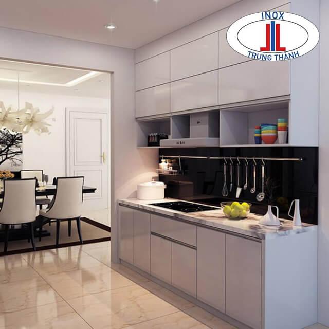 Tủ bếp hiện đại với sắc màu cơ bản