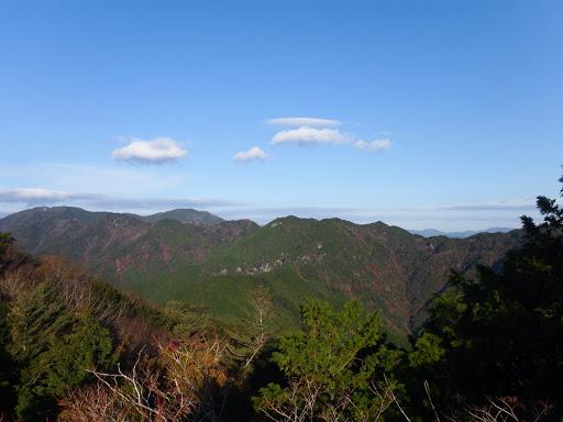 岩の上からの展望(右から隠れ山・船窪山・総門山・扇沢の高など)