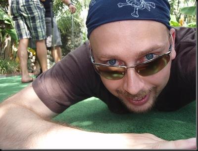 Que faço eu a rastejar? Persigo uma iguana para fotografá-la de perto, obviamente!