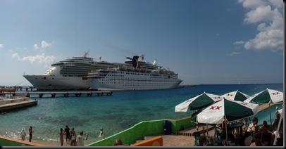 O pequenito Holiday e o Navigator Of The Seas. Ainda estou pasmado com a espectacular função Panorama da minha câmara! Isto são 4 fotos numa só. Parece um postal...