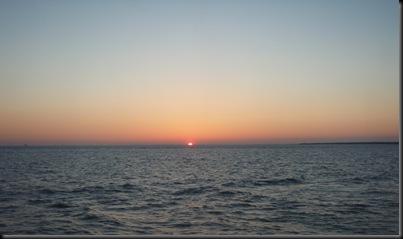 Outro pôr-do-sol com a costa dos EUA à vista. Mais uma vez apanhei-o no final... mas hoje prometo que vou estar atento para tirar uma foto de jeito!