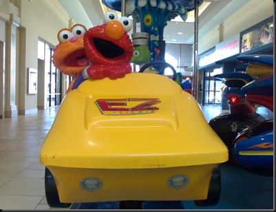 O Elmo e o seu carro para sentares e meteres moedinha!
