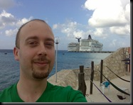 Na praia privada, com vista para o Holiday e o Norwegian Pearl lado a lado