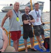 Da esquerda para a direita: Richie, eu e o Dale, num tender boat a regressar para o Holiday. Ao fundo estão dois gigantescos navios, um da Disney e outro da Norwegian Cruise Lines.