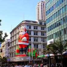 Photo: Joulupukki tervehti meitä Aucklandissa heti hotellin kulmilla