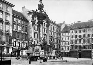 Photo: Hoher Markt Ursprünglich gab es die Straßenverbindung Hoher Markt - Fleischmarkt nicht.  Der Platz wurde von einem Eckhaus abgegrenzt. Um 1900 wurde beim Neubau ein Durchbruch geschaffen (heute Bauernmarkt).