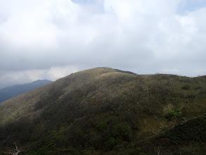 東雨乞岳、左奥に国見岳