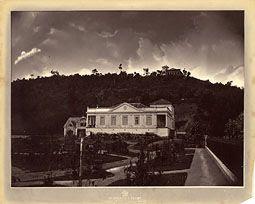 Photo: Casa da Família Franklin Sampaio, localizada na Praça da Liberdade, construída pelo engenheiro da Leopoldina Railway Francisco Soares. Foto da década de 1870
