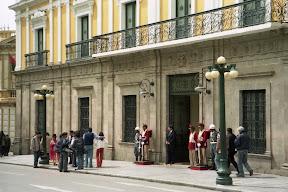 Präsidentenpalast mit bunt gekleideter Ehrenwache an der Plaza Murillo