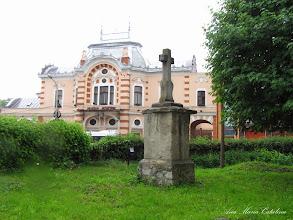 Photo: Crucea mare de piatra si vedere Teatrul Municipal Turda - (2010.05.22) -
