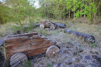 """Photo: La commune de Deshaies possède un promontoir nommé """"Pointe batterie"""" où l'on voit des canons qui nous ramènent directement au temps de la flibuste (même si la partie en bois est parfaitement contemporaine). En tout cas, la fonte des canons est de qualité."""