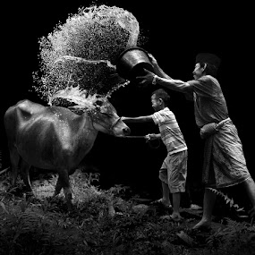 BYUUURRR.... by Alamsyah Rauf - People Family ( dad with kids, black and white )
