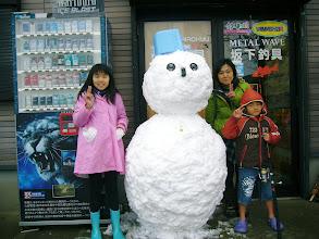 Photo: しかし、デカいのができたゾ!  ・・・この雪だるま、10分後、崩れて。 ・・・終了!   今年も一年お世話になりました! ありがとうございました!