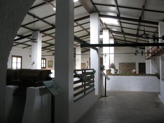 En la cortijada se encuentra la Fábrica de cuerda de crin, rehabilitada hace años por interés social