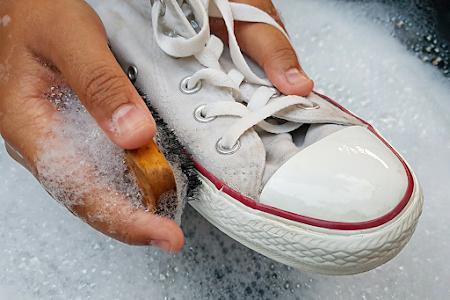 Je witte sneakers op hun paasbest