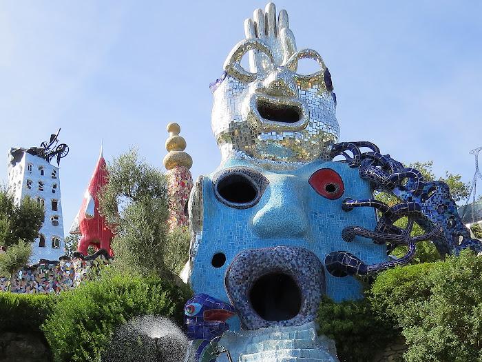 Niki de Saint Phalle, Il mago, La Papessa e sullo sfondo La Torre di Babele, Giardino dei Tarocchi, Capalbio