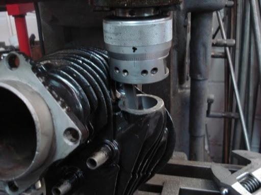 Alésage d'un cylindre Harley Davidson pour le montage d'une entrée d'admission plus grosse