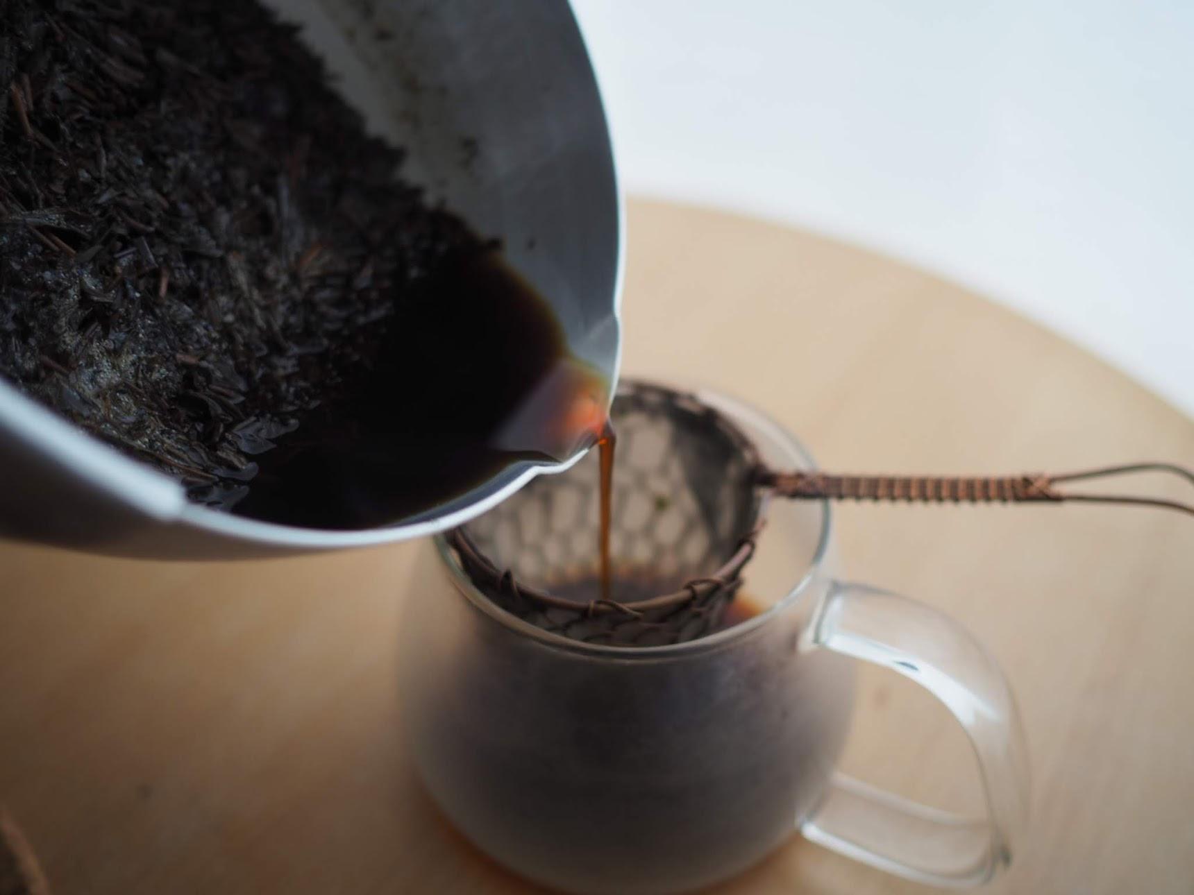 茶こしで茶葉を濾す