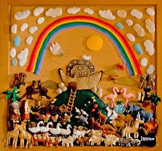 Photo: Gestrickte Darstellung der Geschichte in der Dorfkirche zu Behren-Lübchin. Nach der Sintflut landete die Arche Noahs mit Menschen und Tieren auf dem Berg Ararat in der jetzigen Türkei.