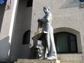 """Photo: nr.8 - Casa de Cultura """"Ionel Fluasiu"""" - Statuia Muncitorului Otelar - (2011.04.27)"""