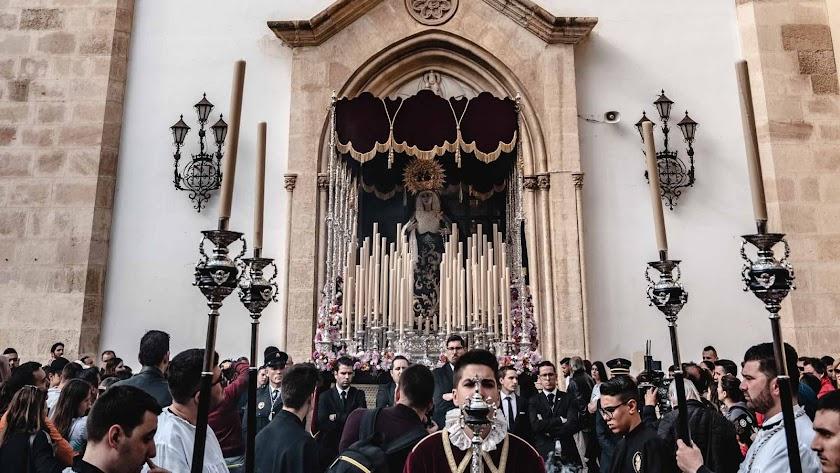 Salida de la titular mariana de Rosario del Mar este Jueves Santo.
