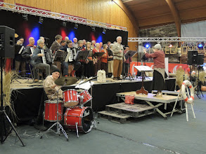 Photo: Vrolijke muziek in de sporthal.