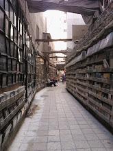 Photo: siguiendo por el callejón (a los lados, venta de fotografías y de libros)..