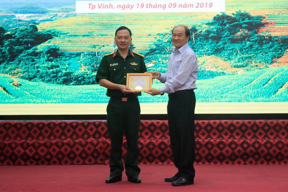 TS. Trần Xuân Bí, Chủ tịch Hội Khuyến học tỉnh trao bảng vàng cho Giám đốc chi nhánh Nghệ An Viettel vì những đóng góp to lớn cho các hoạt động an sinh xã hội trong thời gian qua