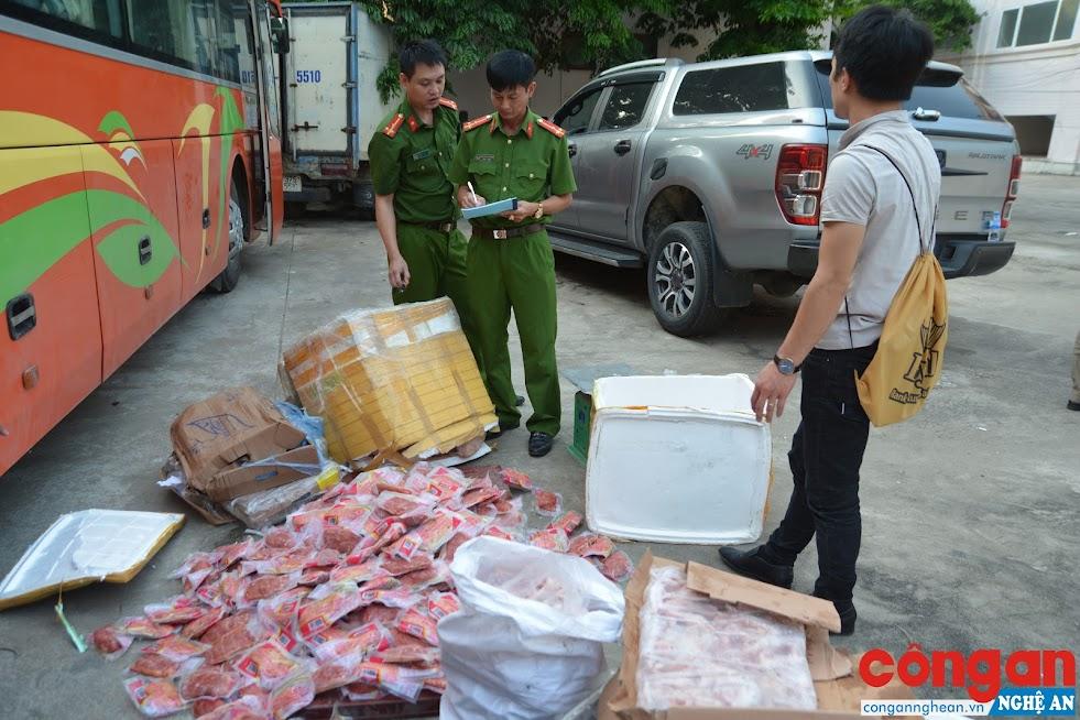 Cảnh sát môi trường kiểm đếm số thực phẩm bẩn sau khi thu giữ