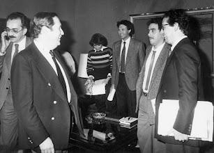 Photo: El primer presidente del Gobierno regional canario, Jerónimo Saavedra, con los periodistas Herminia Fajardo, Jorge Batista y Amado Moreno, entre otros.