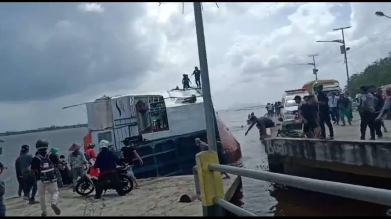 Basarnas Pontianak Terjunkan Tim Evakuasi Feri KMP Bili Terbalik di Tebas – Sambas