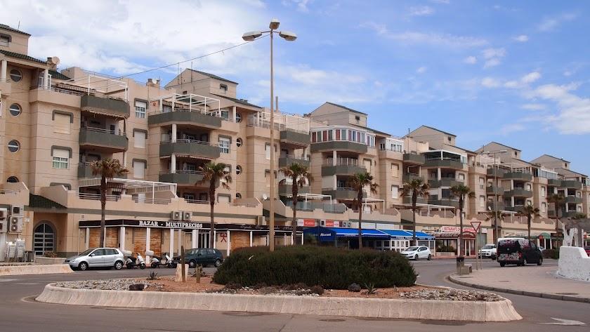 El paseo de El Toyo une el interior de Retamar con el paseo marítimo.