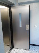 Photo: Tür mit Edelstahlverkleidung