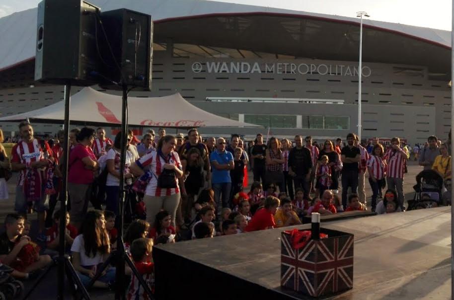 escenario con público a las puertas de estadio de fútbol